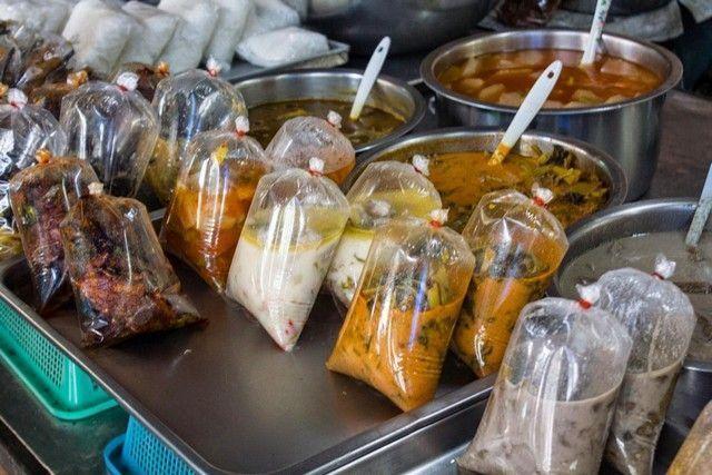 comida embasada en mae klong market