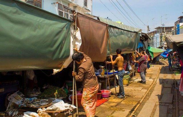 recogiendo los puestos mae klong market