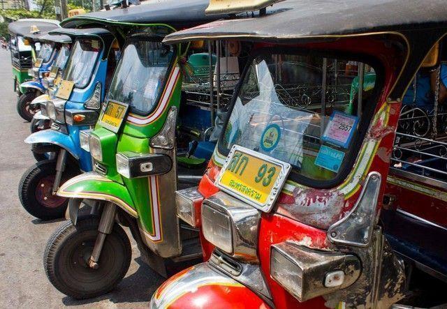 tuk tuk en mae klong market tailandia