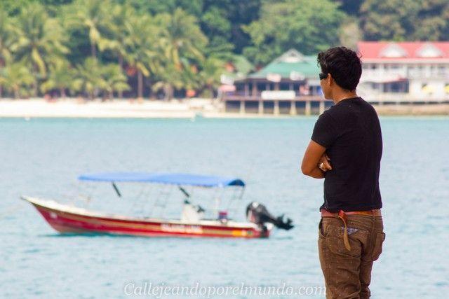 chico en el puerto del pueblo de pescadores pehrnetian kecil malasia