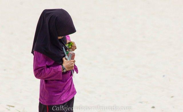 niña en pueblo de pescadores perhentian kecil malasia