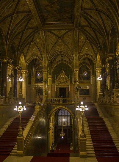 escalera parlamento de budapest