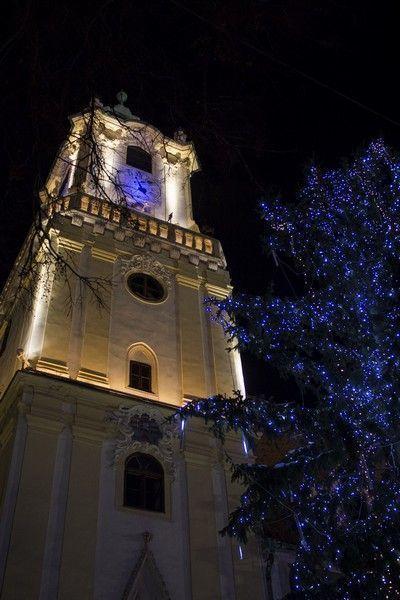 torre del ayuntamiento de bratislava navidad