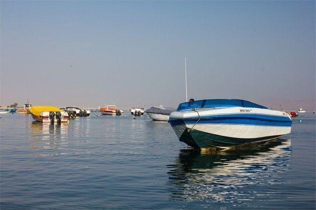 barcos en paracas peru
