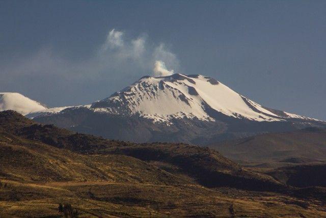 Volcan Sabancaya en erupcion peru
