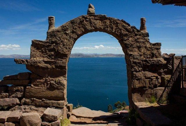 arco de entrada a Taquile peru