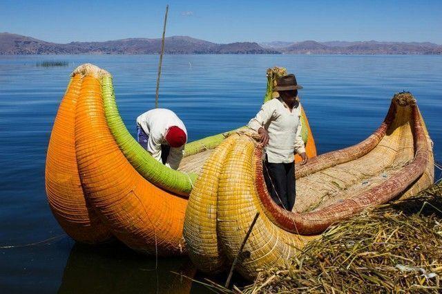 barcas de totora uros lago titicaca peru