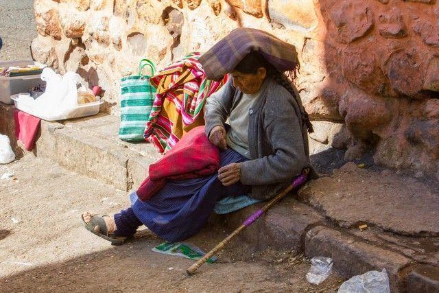 calles de cuzco peru vendedora
