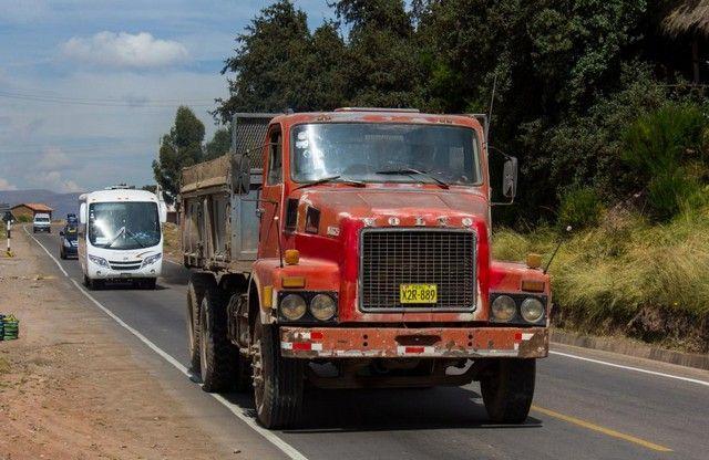 camiones en las carreteras de cuzco peru
