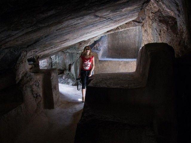 interior de qenqo cuzco peru