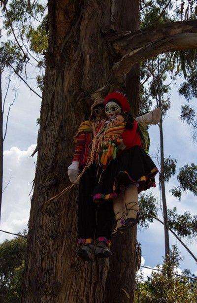 muñecos colgados en qenqo cuzco peru