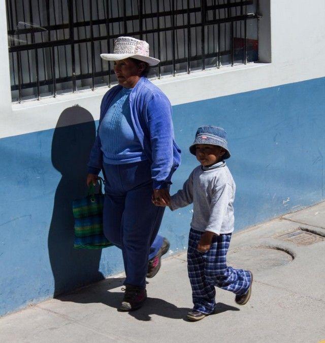 mujer y niño chivay peru