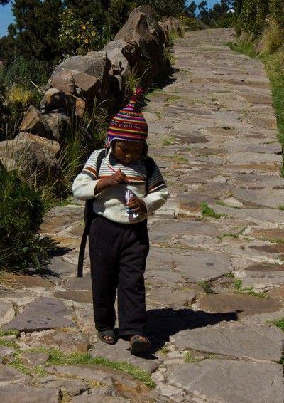 niño taquile lago titicaca peru