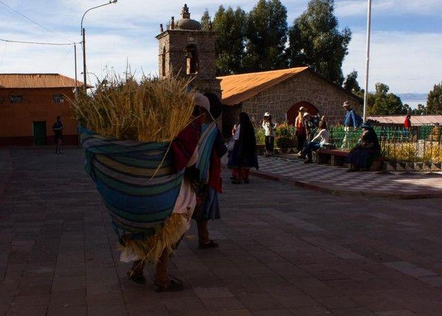 plaza del pueblo amantani peru
