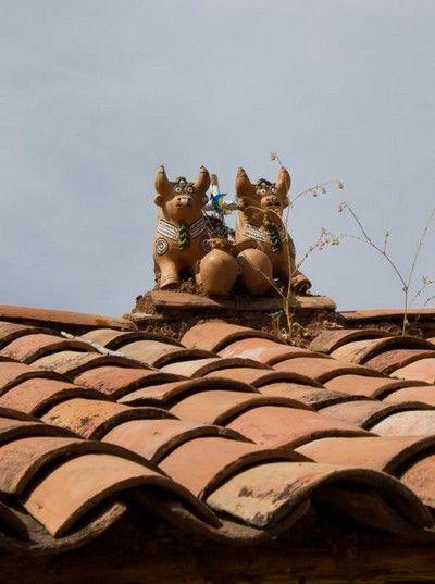Los famosos toritos que vemos en los techos de las casas para dar suerte y prosperidad.