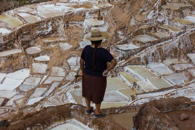 trabajadora en salineras de maras peru