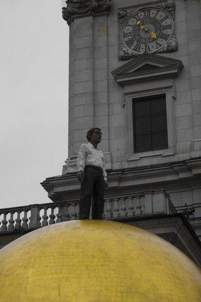 plaza salzburgo estatua sobre bola dorada