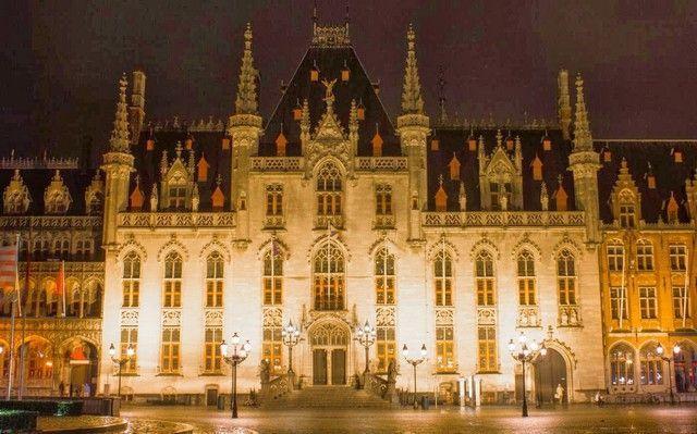 ayuntamiento brujas nocturno belgica