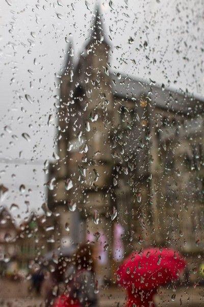 iglesia de san nicolas con lluvia
