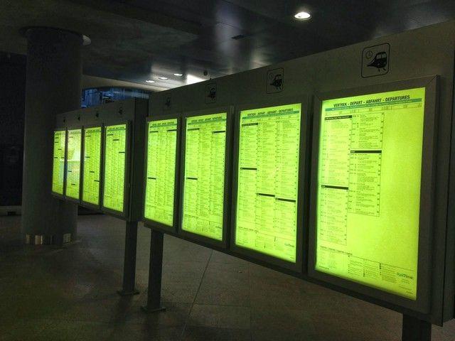 pantallas con horarios de trenes belgica