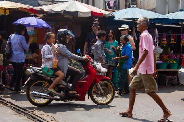 ambiente en mae klong market tailandia