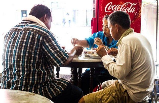 comiendo en Mae Klong Market