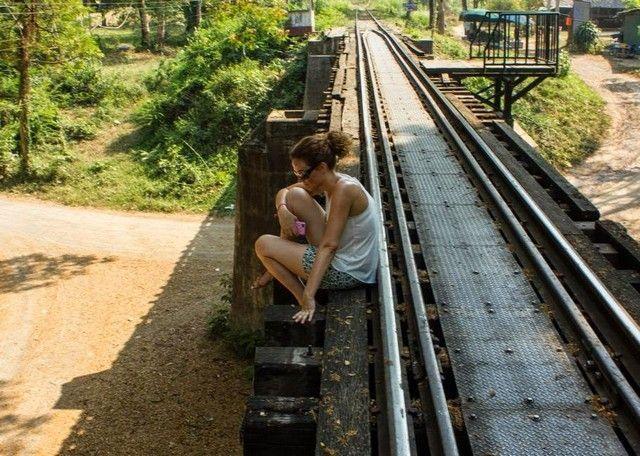 descansando sobre las vias del tren kanchanaburi