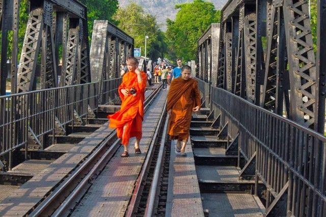 monjes cruzando el puente kanchanaburi