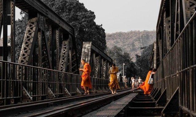 monjes en el puente kanchanaburi