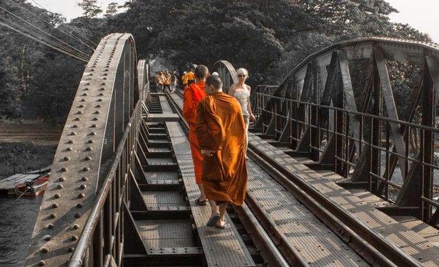 monjes en el puente sobre el río kwai