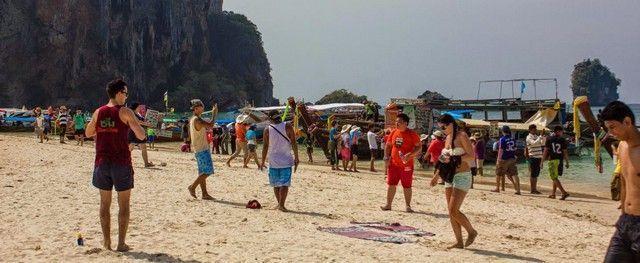 aglomeracion de gente phra nang beach