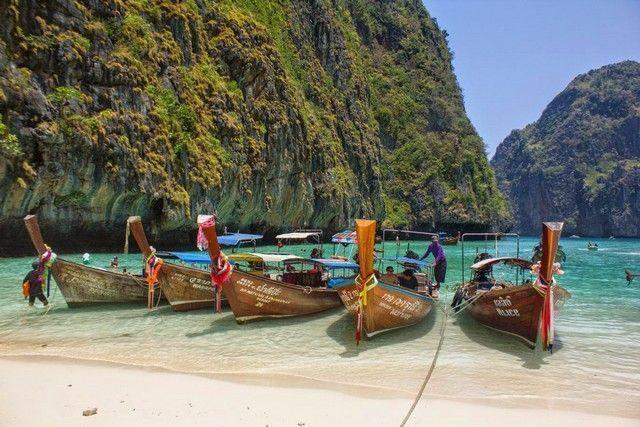 barcos en maya beach tailandia