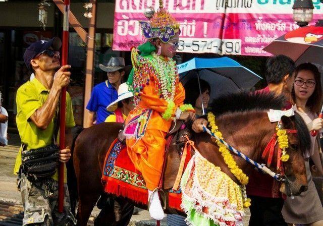 ceremonia chiang mai niño a caballo