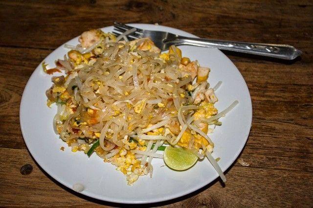 cocinando pad thai chiang mai