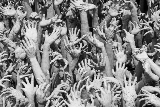 manos entrada templo blanco chiang rai