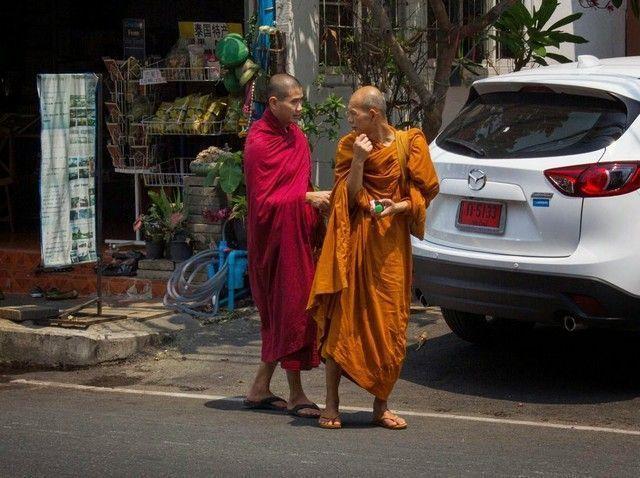 monjes en las calles de Chiang Mai