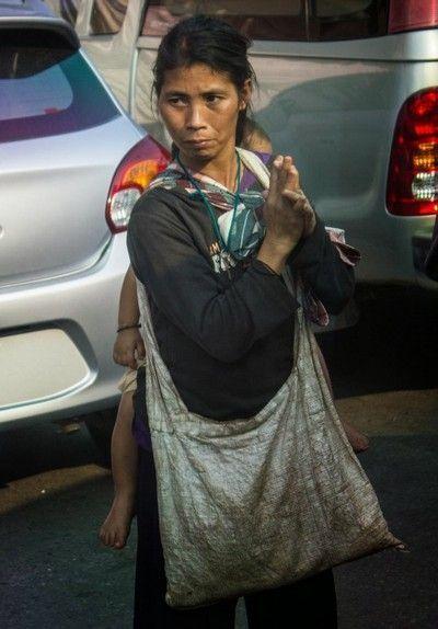 mujer con niño al norte de tailandia