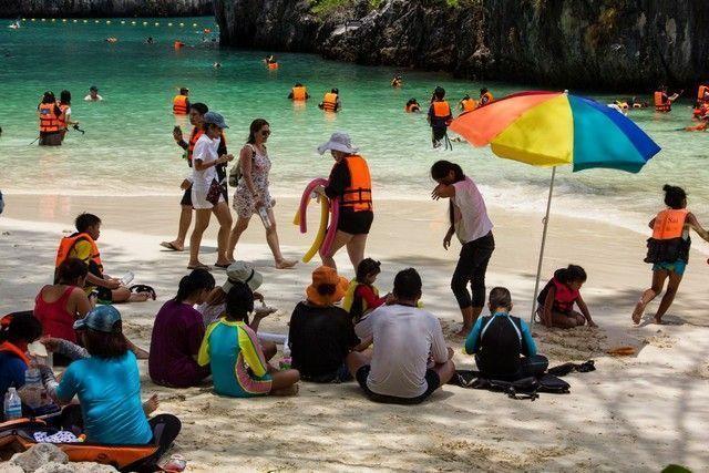 Algo así, es la realidad de la playa, de las Hong.