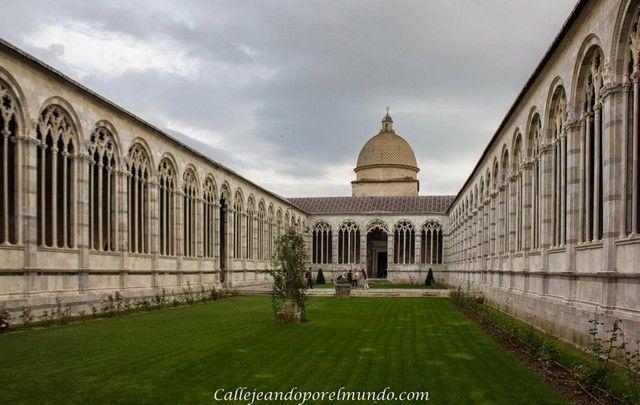 Pisa Baptisterio dentro jardin
