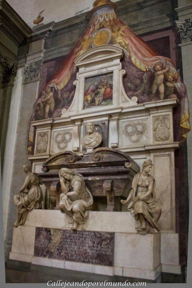 Florencia Basílica de la Santa Croce detalle escultura