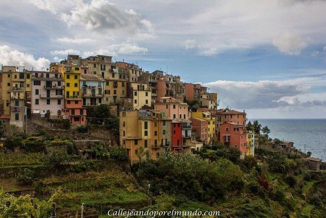vistas de Corniglia sobre los altos acantilados de la costa de Liguria.