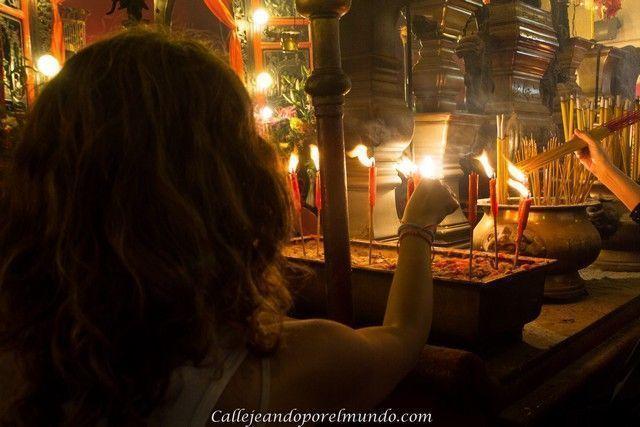 encendiendo incienso Man Mo Temple Hong Kong