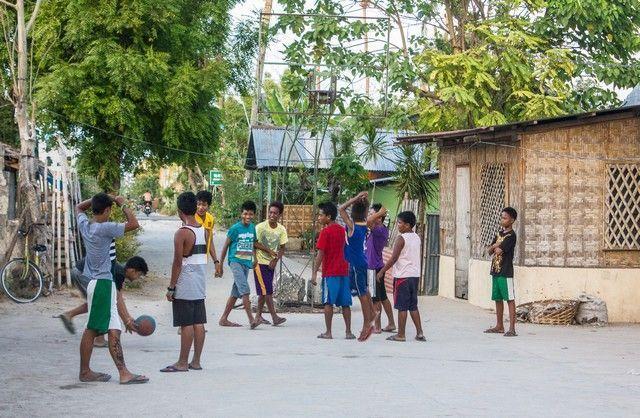niños jugando santa fe bantayan island filipinas