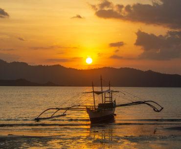 puesta de sol en port barton filipinas