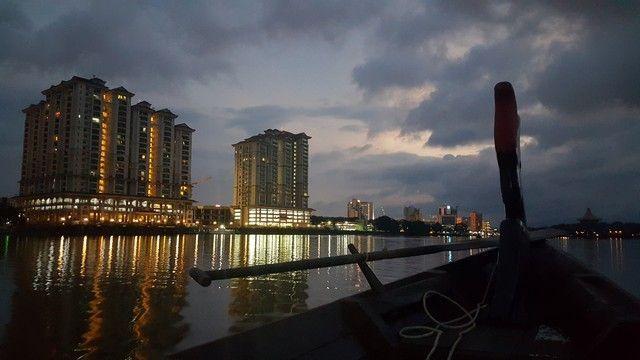 anocheciendo en el rio kuching borneo