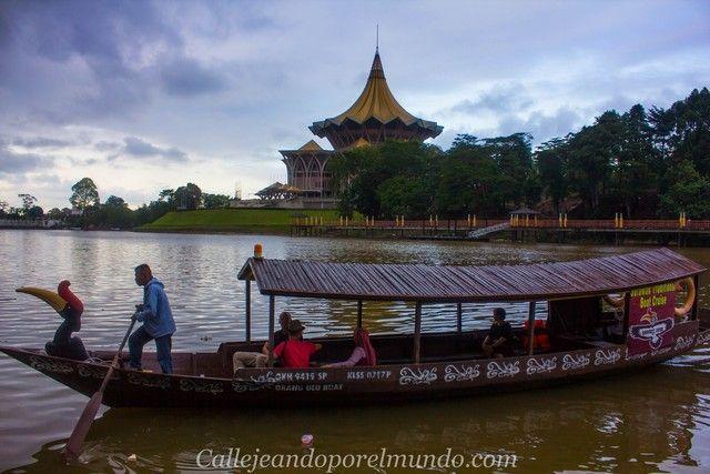 embarcación típica en el río de kuching borneo