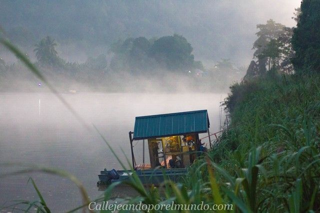 amanecer en el río kinabatangan borneo malasia