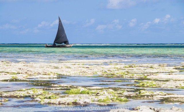 barca en la playa the sands at chale island diani beach kenia