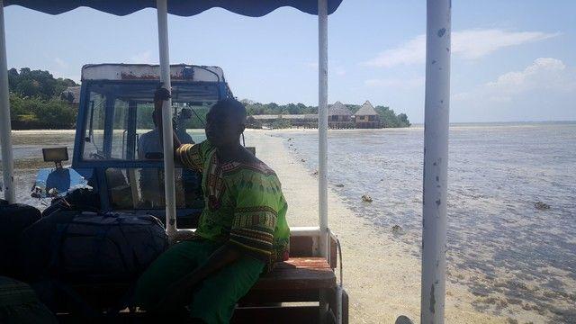 tractor entrando en chale island kenia