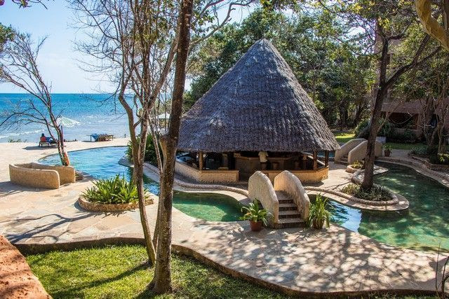 vista general piscina the sands at chale island diani beach kenia